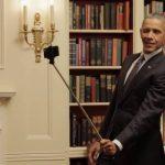 Barack Obama é flagrado tirando foto com o 'pau de selfie'